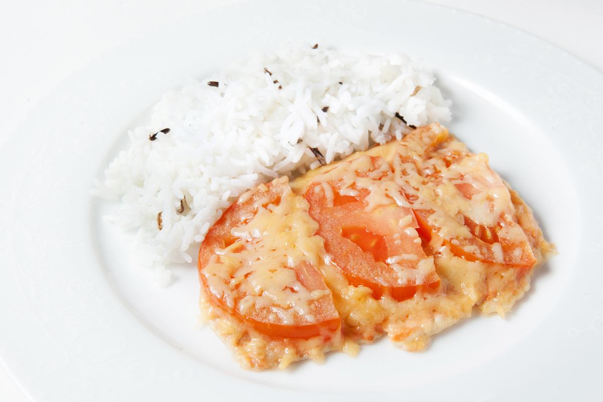 Филе минтая в духовкеы с сыром и помидорами